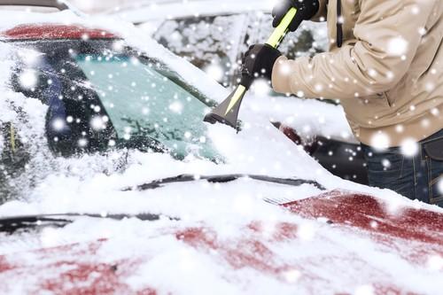 Der Winter ist auf Vormarsch – welches Werkzeug sollte man unbedingt im Kofferraum parat haben?