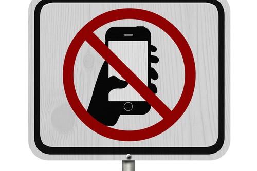 Mit Handy am Steuer – Was ist erlaubt und was untersagt?