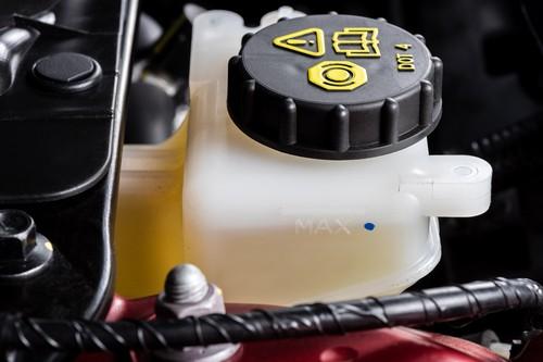 Bremsflüssigkeit – die goldgelbe Flüssigkeit für optimale Bremsleistung