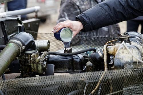 Kraftstoffadditive und Ölzusätze – flüssige Helfer für saubere Motoren