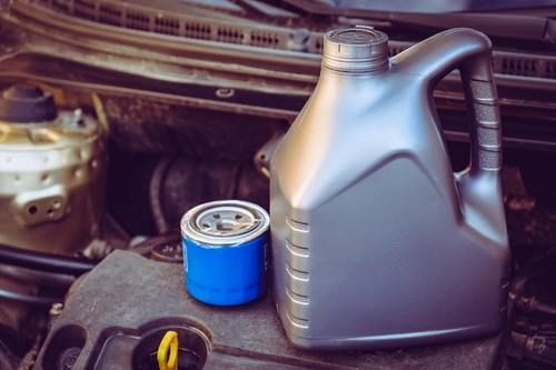 Bei Verbrennungsmotoren arbeiten Ölfilter und Motoröl Hand in Hand