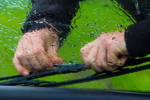 Scheibenwischer und Wischwasser kontrollieren ist so wichtig wie der Reifenwechsel