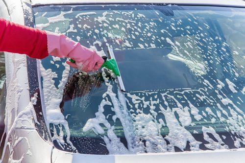 Autopflege pünktlich zum Frühlingsbeginn: Scheiben und Felgen effektiv reinigen