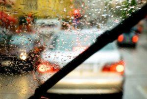 Scheibenwischer Auto im Regen auf der Straße motointegrator.de