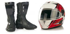 Motorradhelm und Schuhe